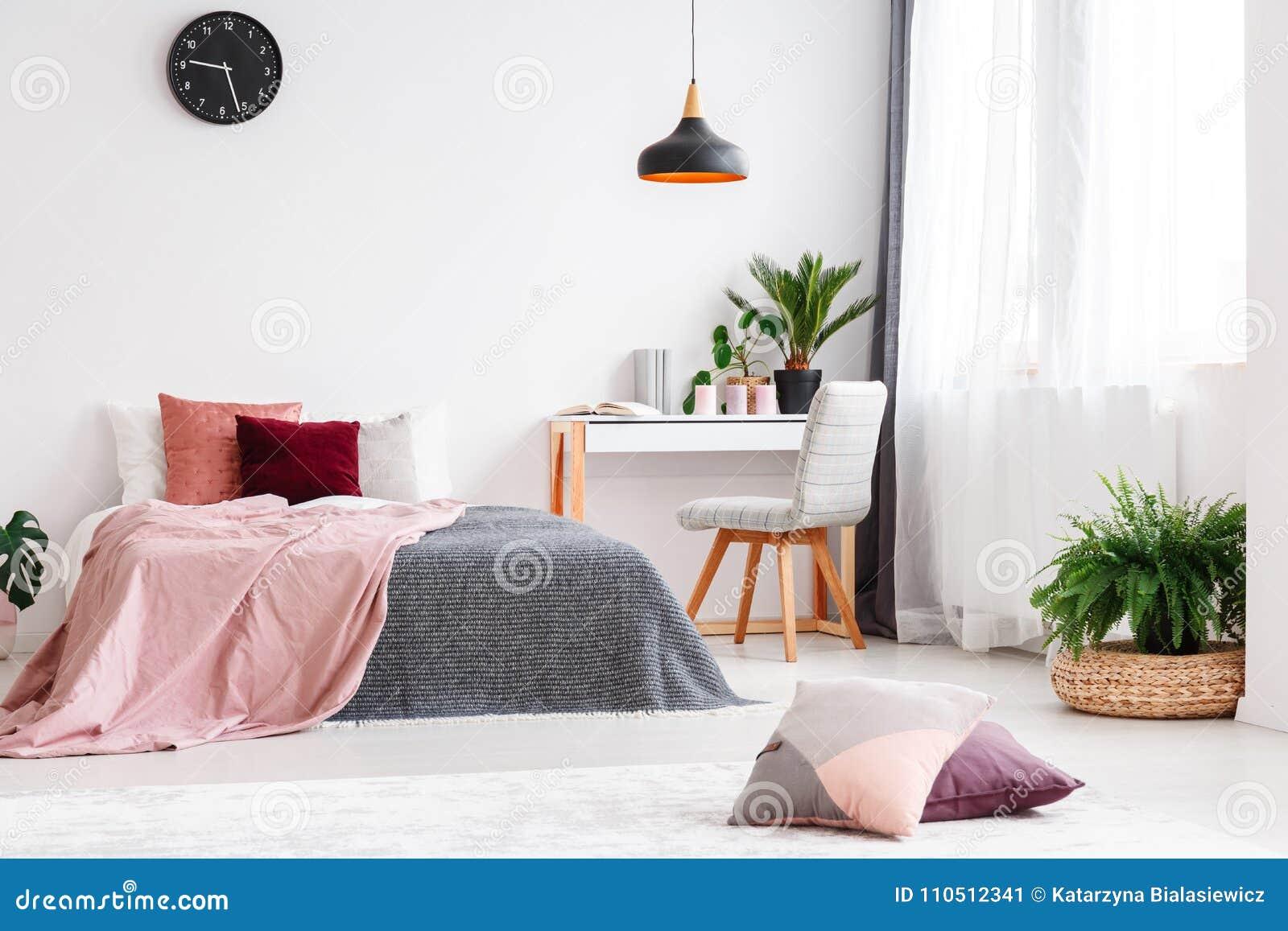 Chambre à Coucher En Pastel Pour La Fille Image stock ...