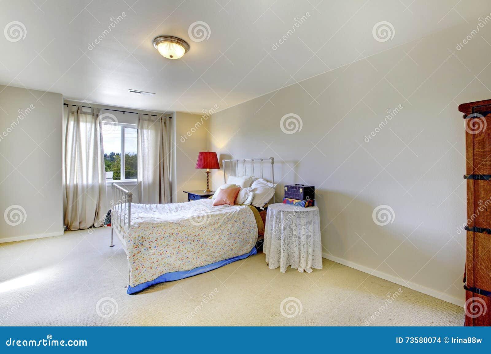 Chambre à Coucher Ene Ivoire De Mur Avec Le Lit Blanc De Fer ...
