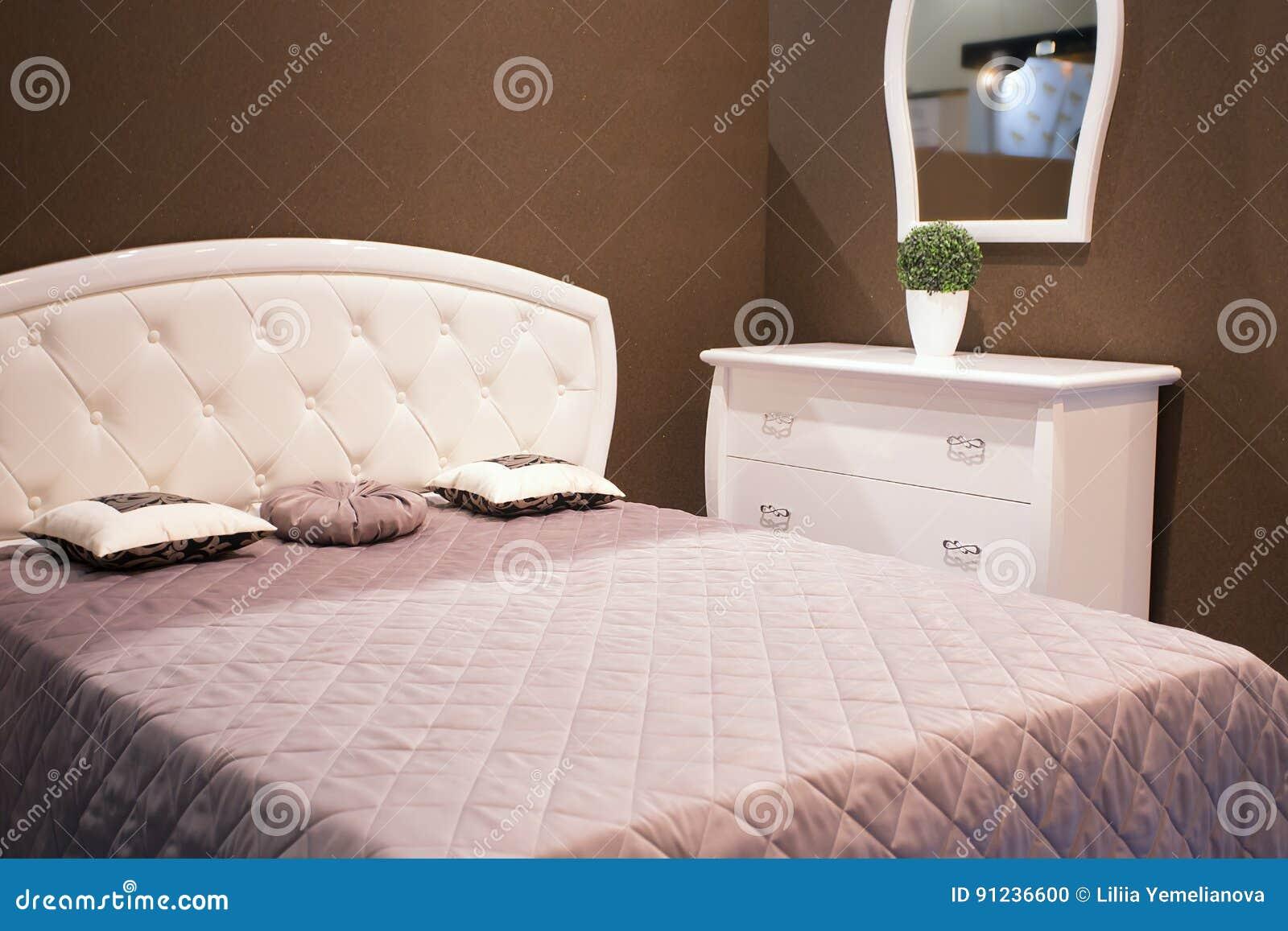Chambre A Coucher Foncee Intime Avec La Lumiere Electrique Photo