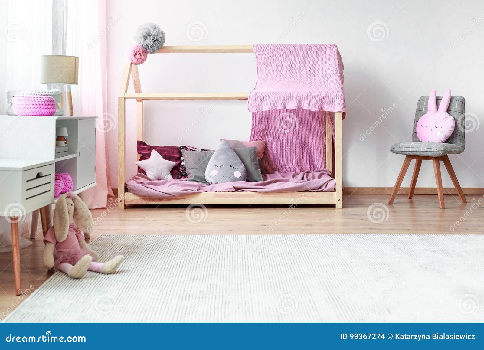 Chambre Gris Blanc Rose chambre à coucher grise et rose du ` s de fille photo stock
