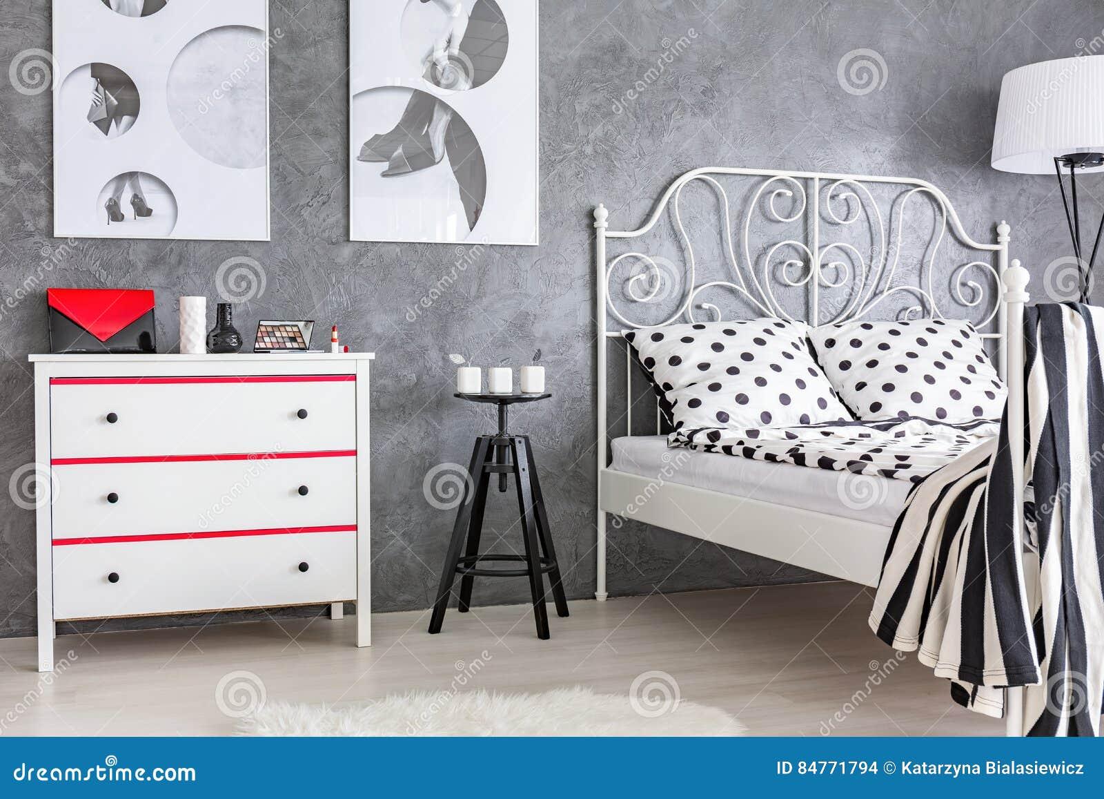 Chambre à Coucher Grise, Rouge Et Blanche