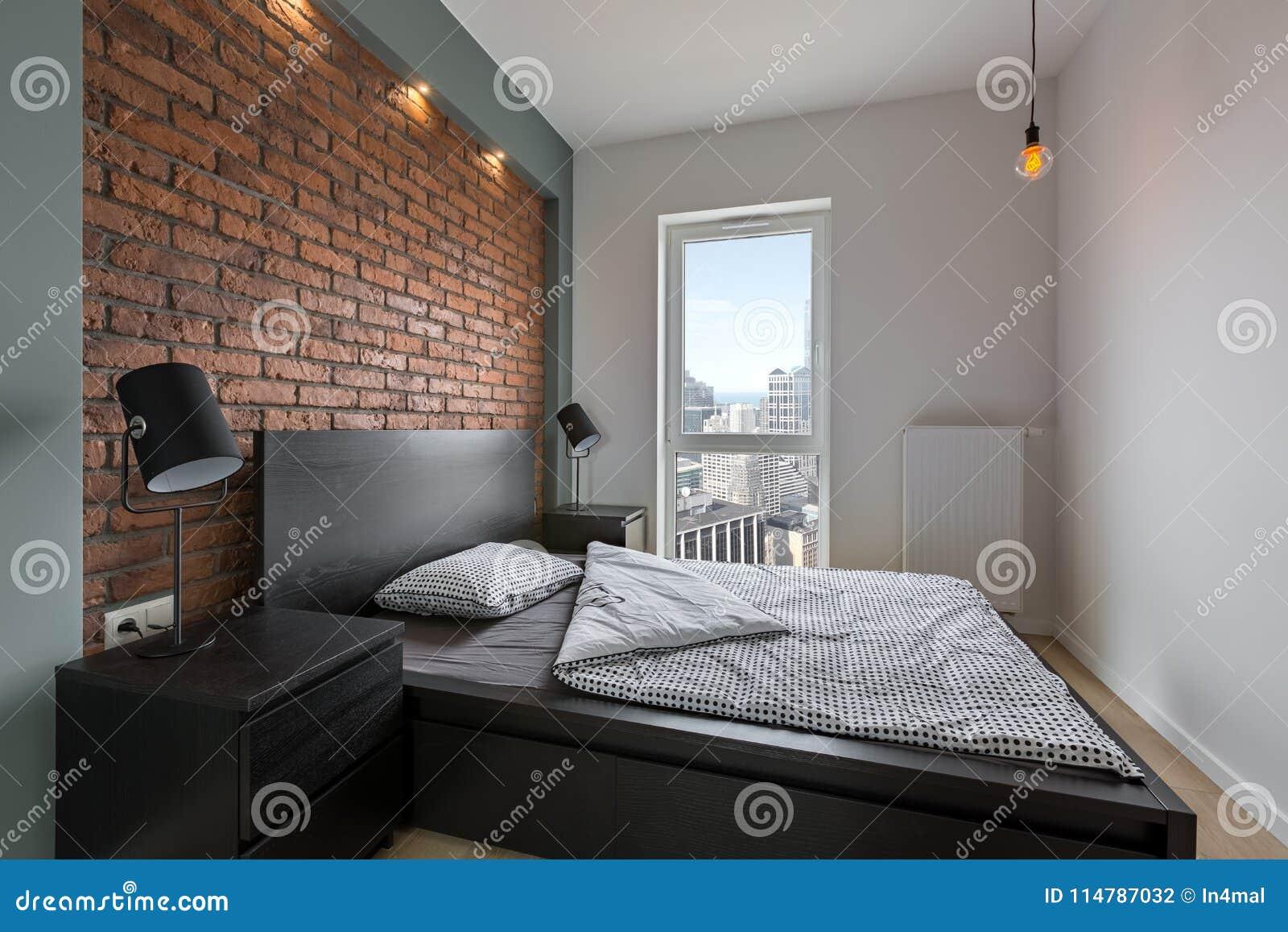 Chambre à Coucher Industrielle De Style Avec Le Lit Photo stock ...