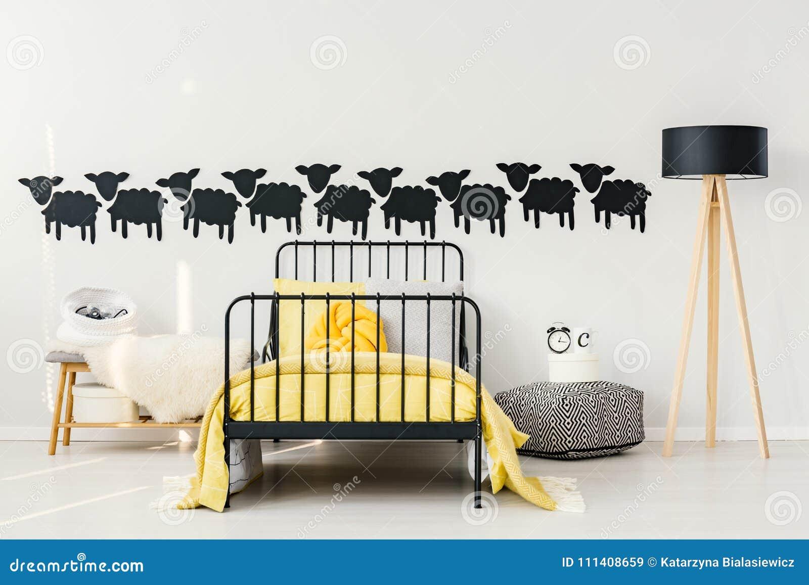 Chambre à Coucher Jaune Et Noire Du ` S D\'enfant Image stock ...