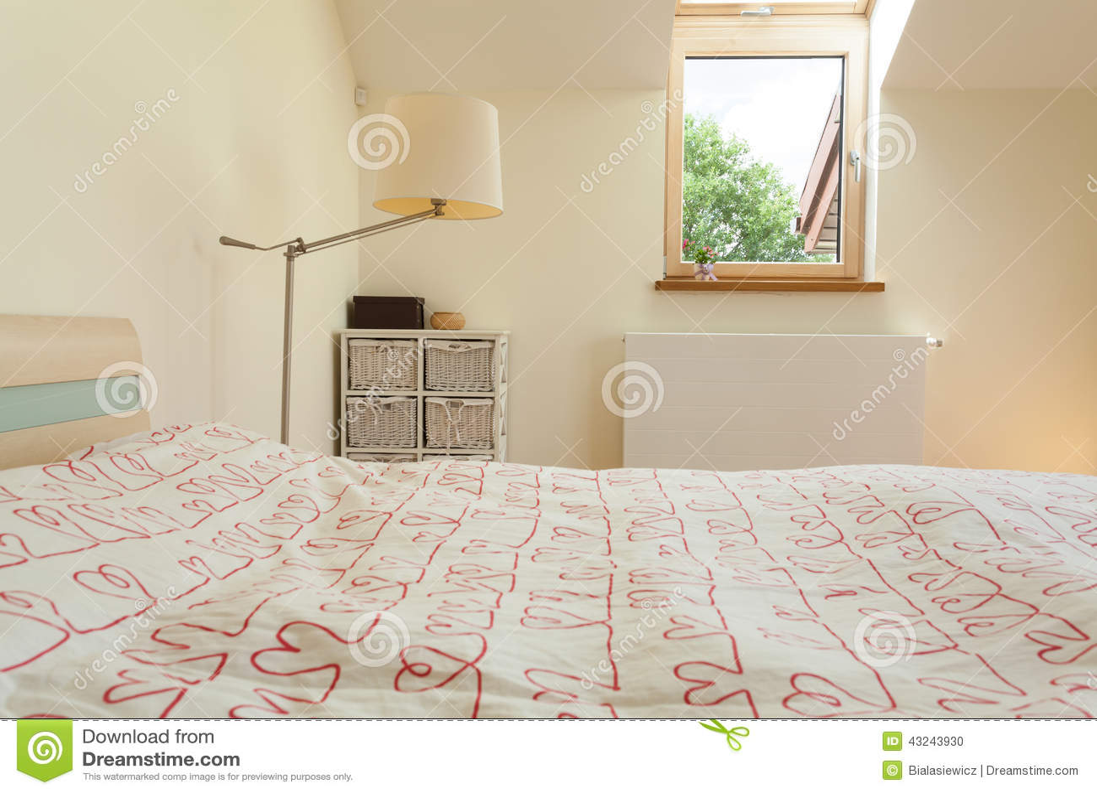 #82A328 Chambre à Coucher Lumineuse Avec La Petite Fenêtre Photo  3025 plan petite chambre à coucher 1300x957 px @ aertt.com