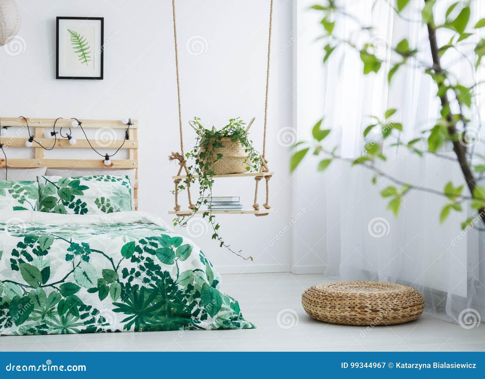 Chambre à coucher lumineuse avec le motif de feuilles