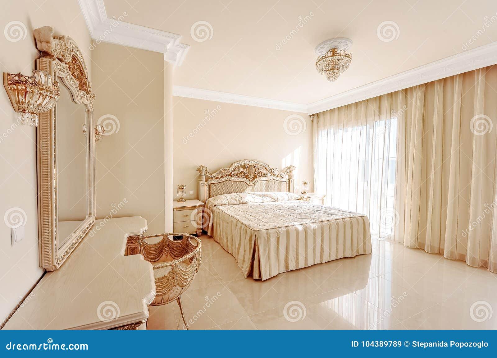 Chambre à coucher luxueuse dans des couleurs en pastel dans un style néoclassique, esprit