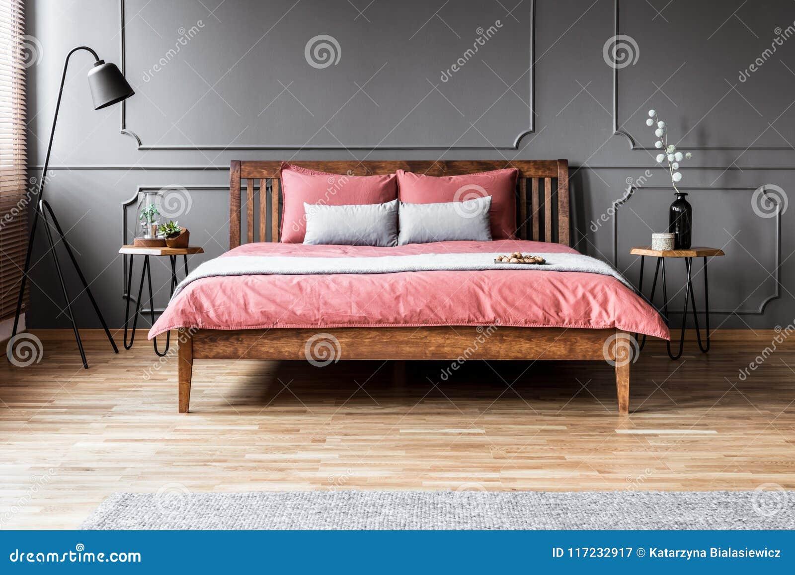 Chambre à Coucher Minimale Grise Et Rose Image stock - Image ...