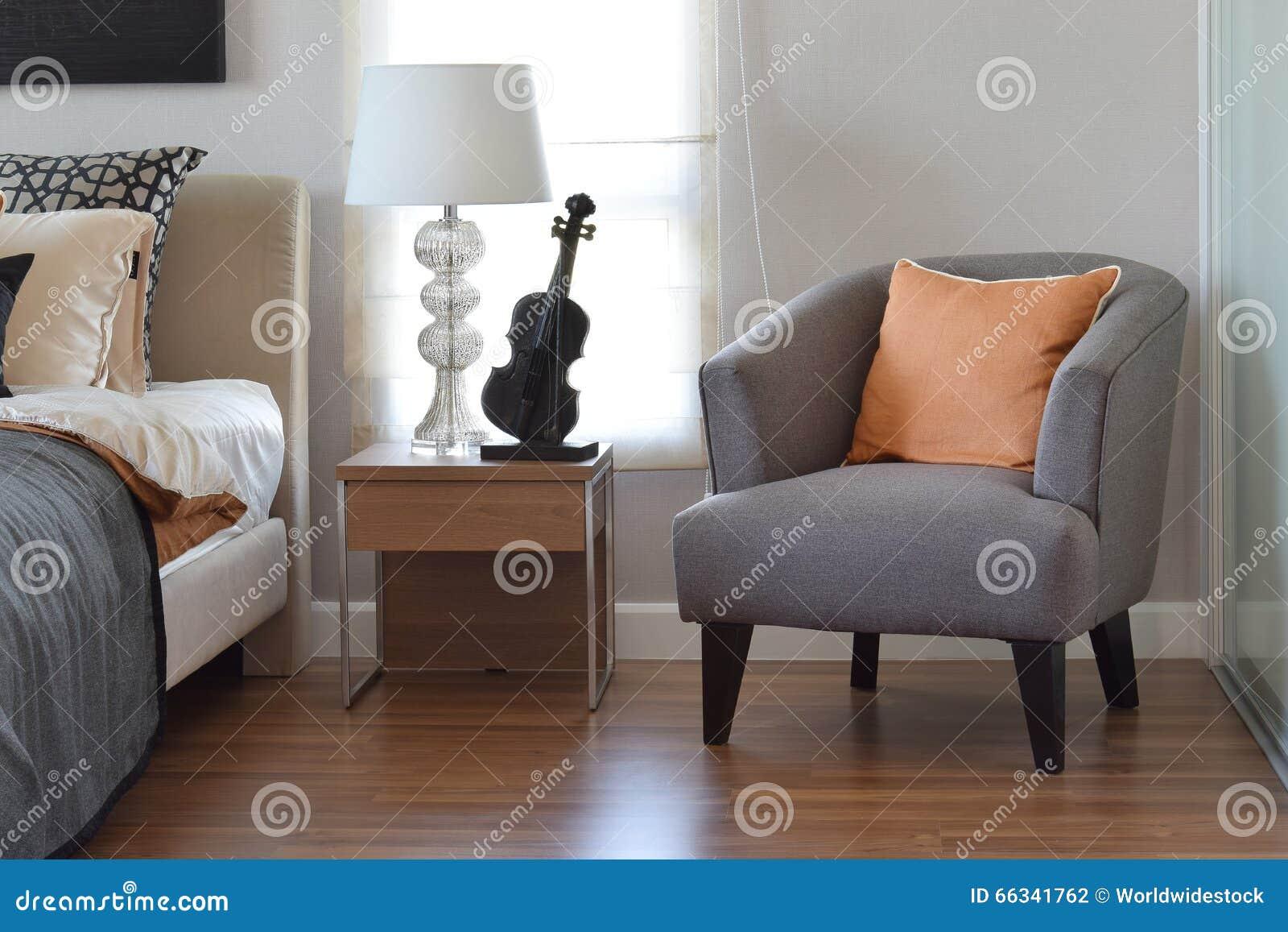 Chambre à Coucher Moderne Avec L\'oreiller Orange Sur La Chaise Grise ...