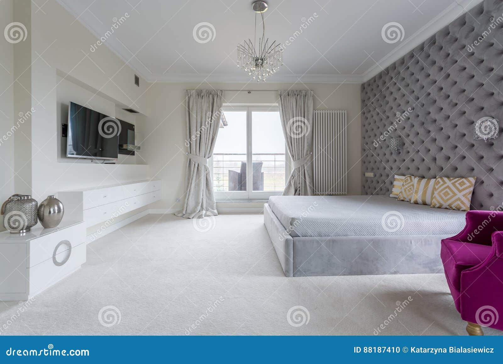 Agreable Chambre à Coucher Conçue Moderne Blanche Et Grise Avec La Grande Télévision  Sur Le Mur