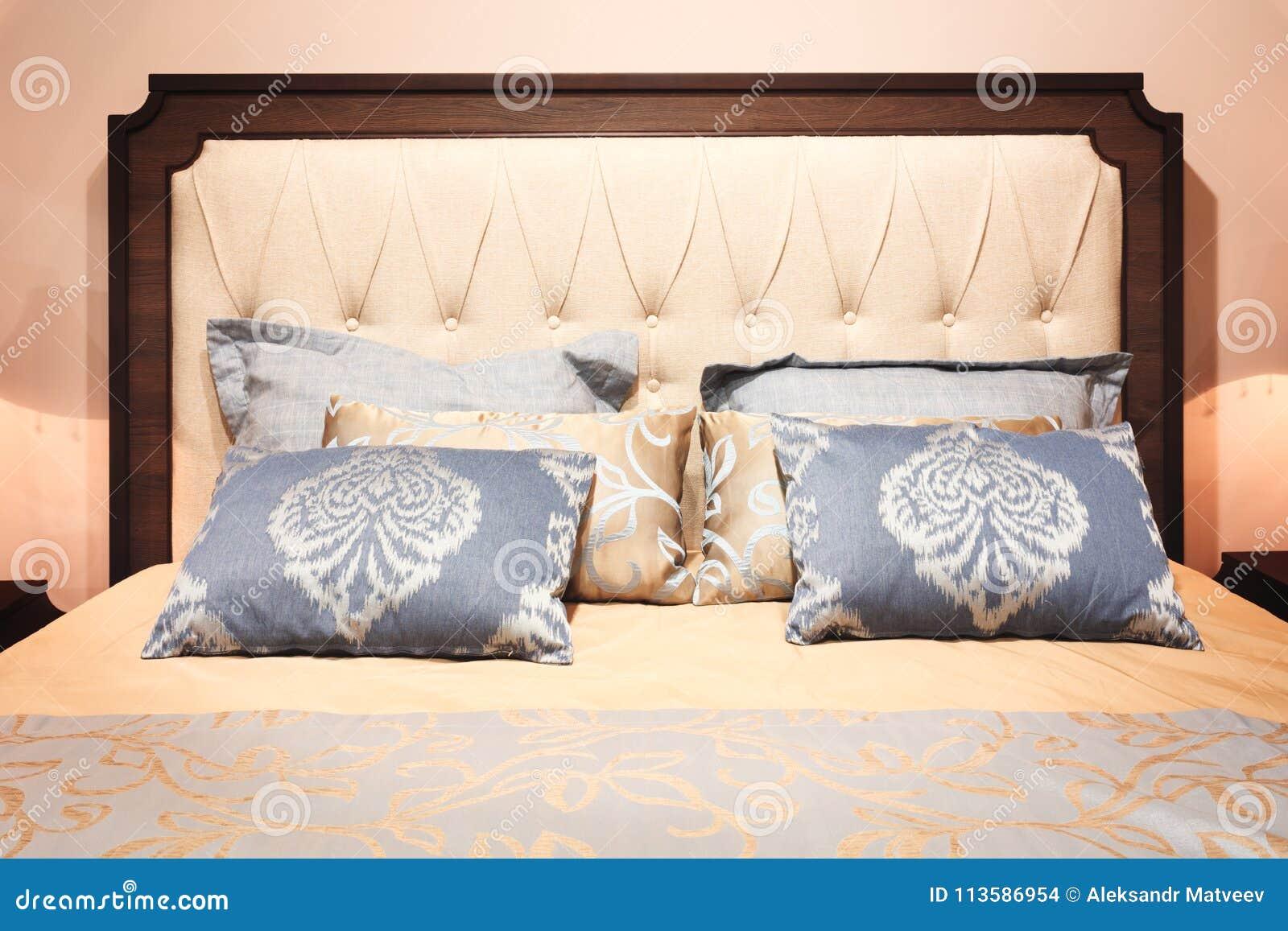 Chambre à Coucher Moderne De Luxe De Style Dans Les Tons Gris Et Bleus Roses ,