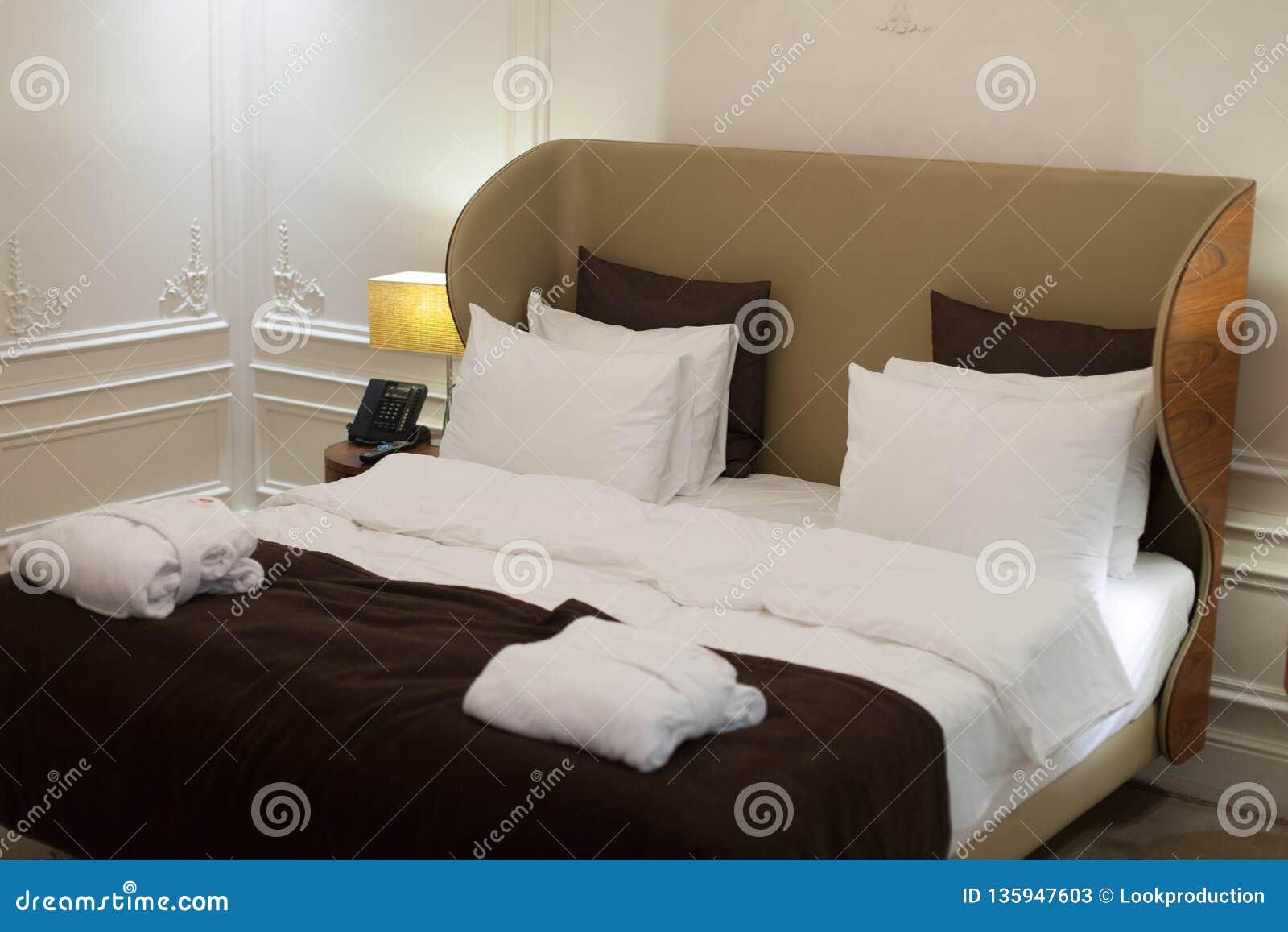 Chambre à Coucher Moderne De Styles Dans La Station De ...