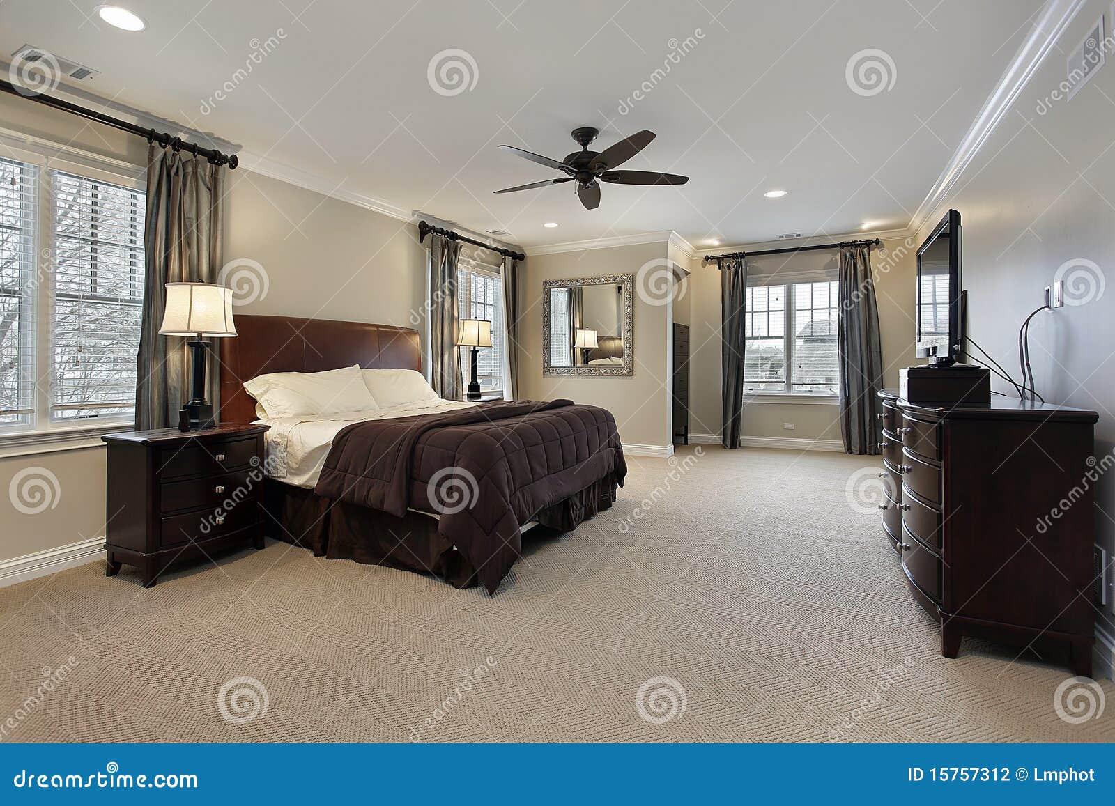 Chambre A Coucher Avec Les Meubles En Bois Fonces Image Stock