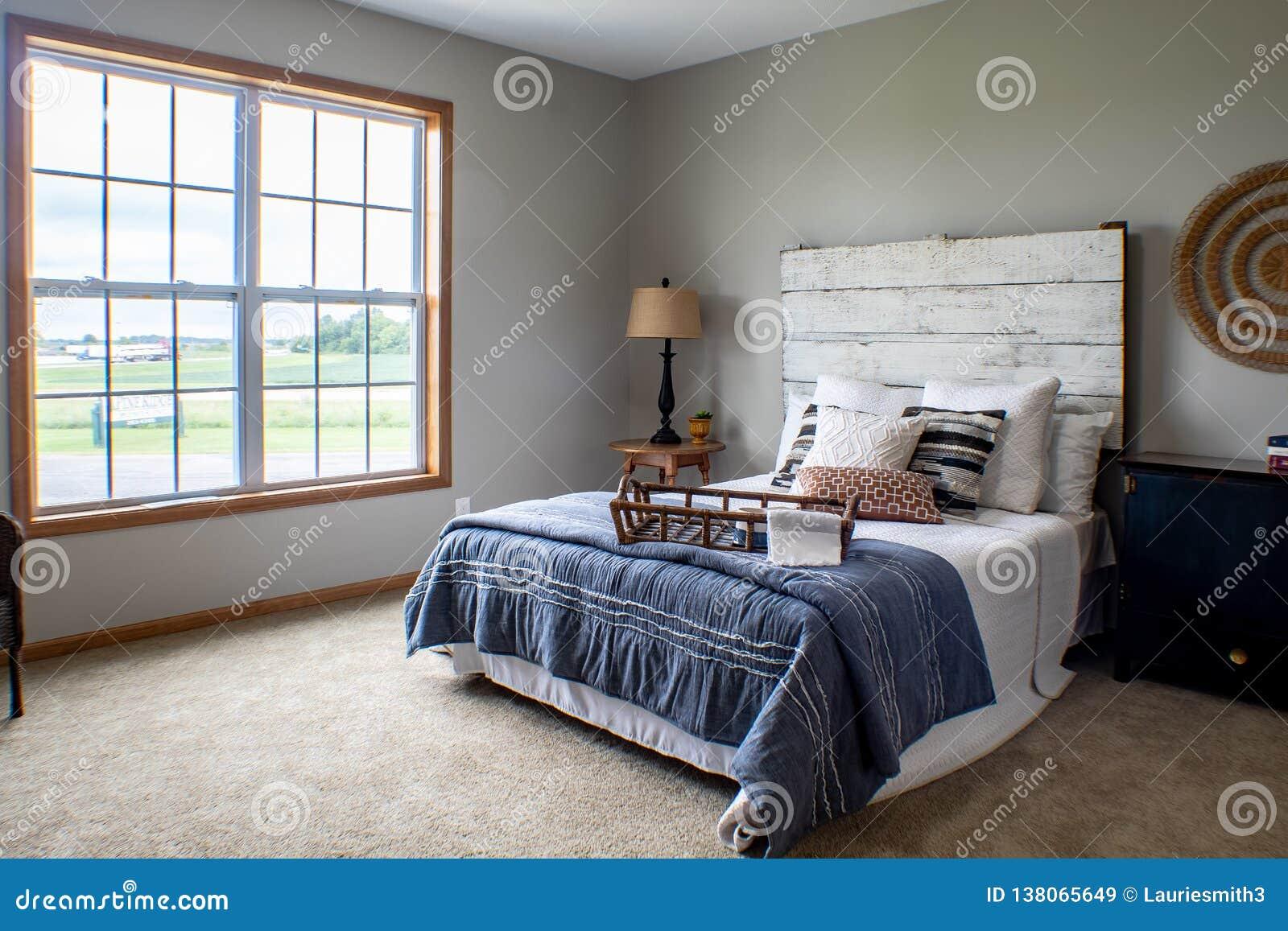 Chambre à coucher principale confortable un jour froid d hiver