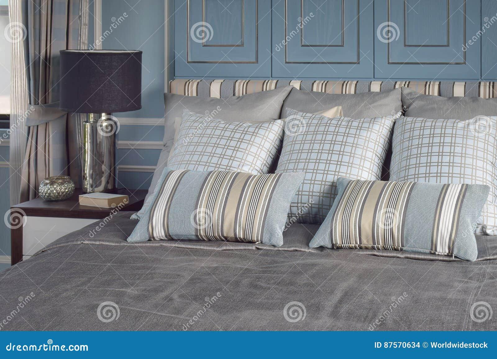 Chambre à Coucher Romantique Bleu-clair De Style Avec Le Modèle Et ...