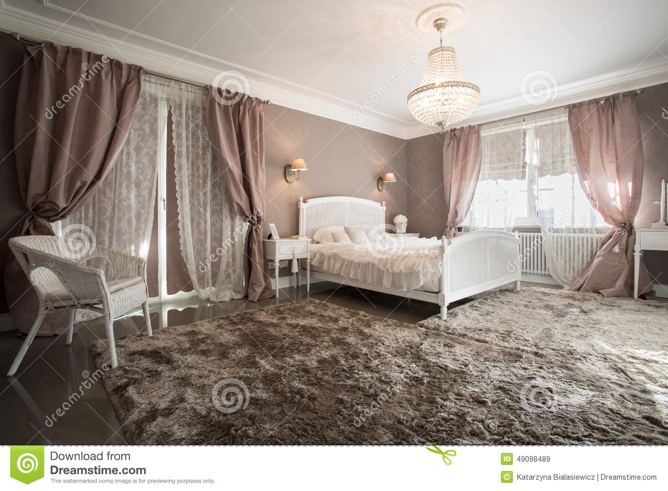 chambre coucher romantique de beaut photo stock image 49098489. Black Bedroom Furniture Sets. Home Design Ideas