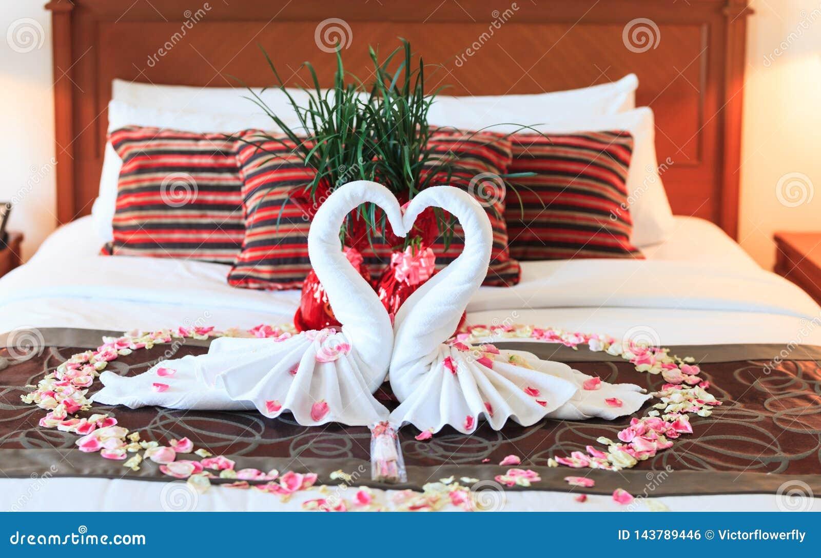 Chambre à Coucher Romantique Intérieure, Embrassant Les Serviettes D ...