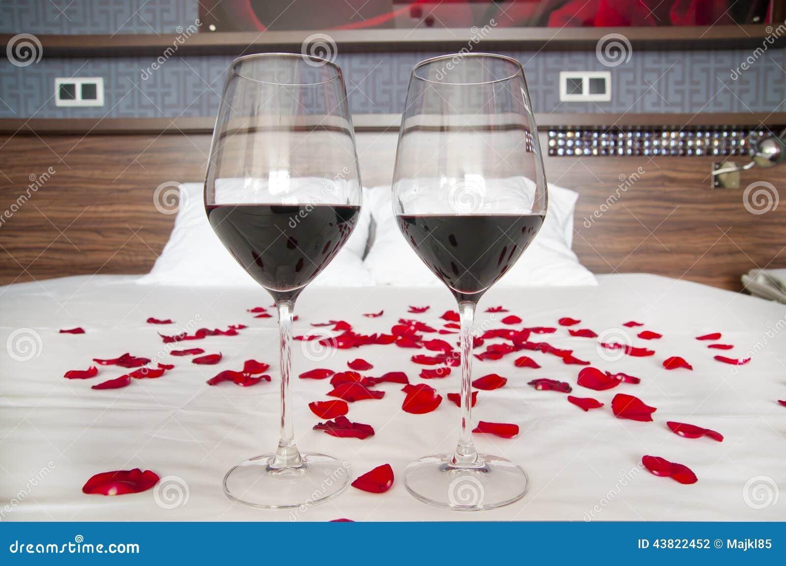 Chambre à Coucher Romantique - Verres De Vin Rouge Et De ...