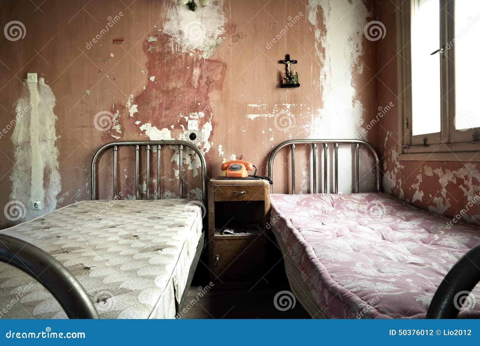 Chambre coucher sale et abandonn e rampante photo stock for Chambre 0 coucher