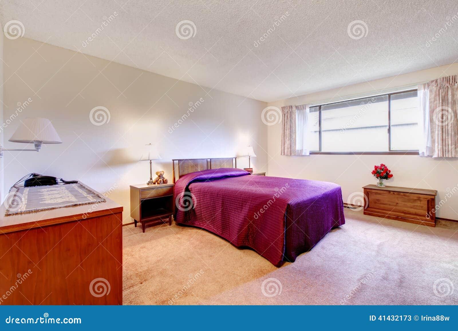 Chambre coucher spacieuse avec de vieux meubles for Meubles chambres a coucher