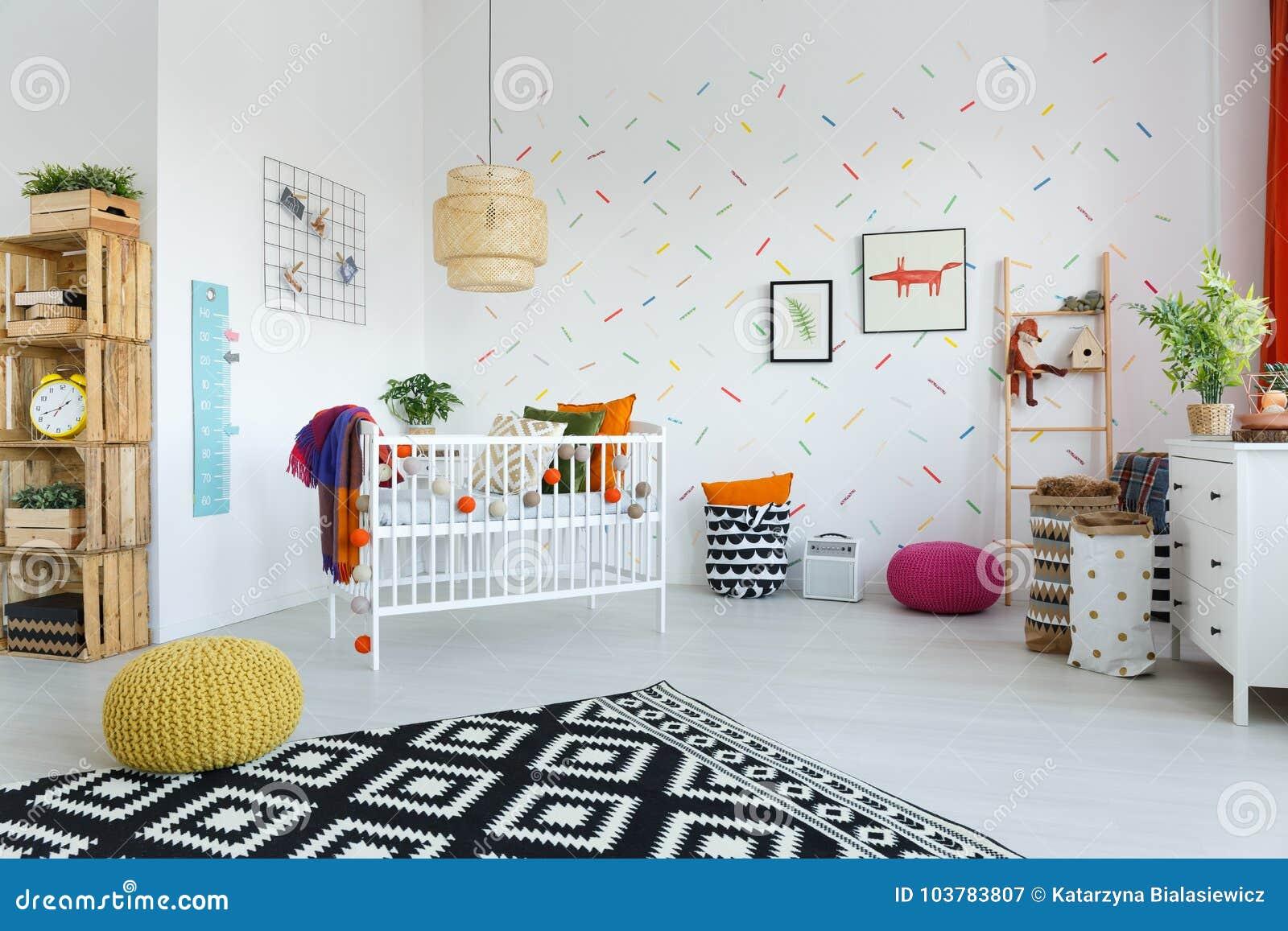 Chambre à coucher spacieuse de scandi avec le berceau