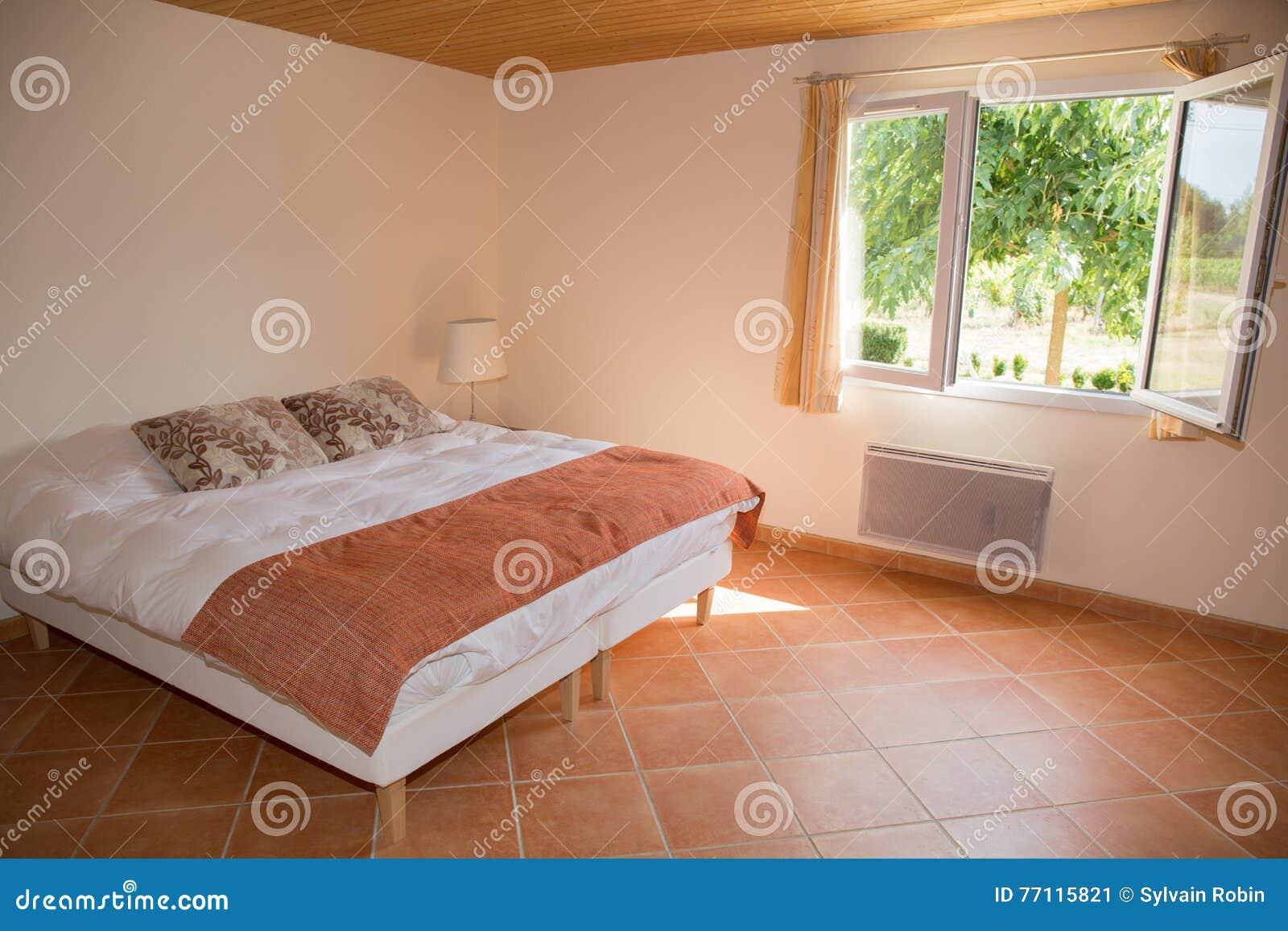 Chambre à Coucher Sur Une Maison Moderne Simple Et Spacieuse Image ...