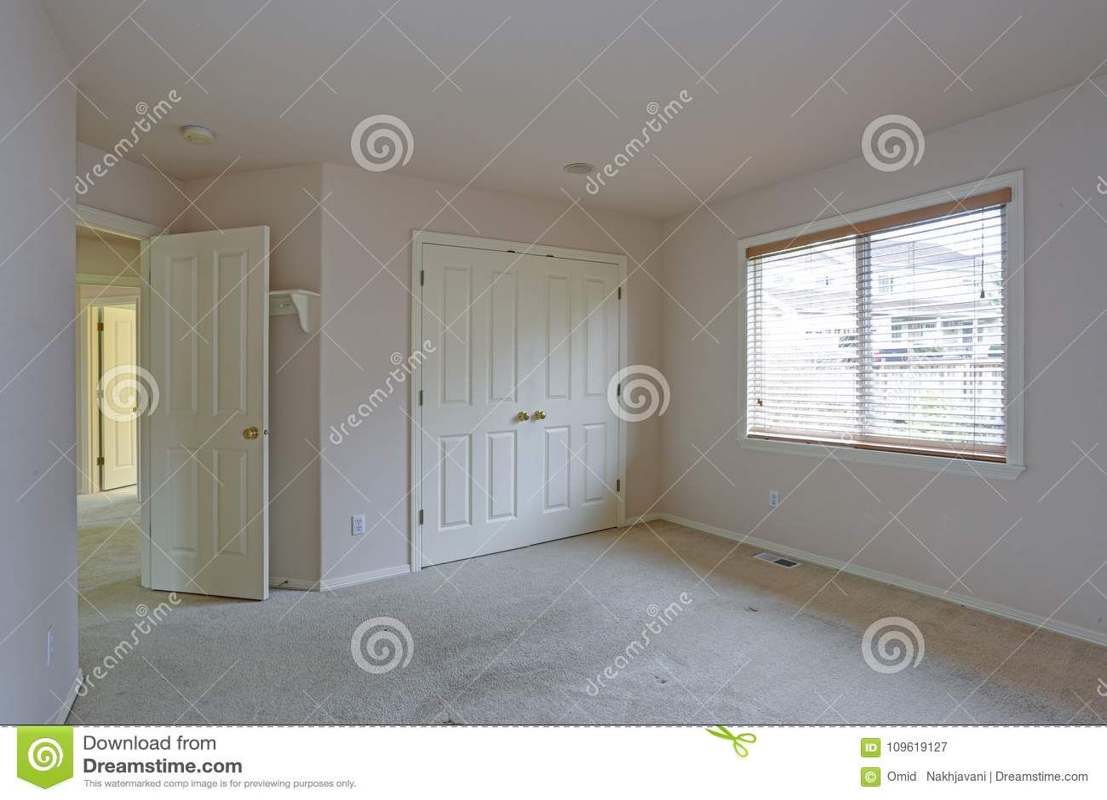 Chambre à Coucher Vide Avec Les Murs Crèmes De Couleur De ...