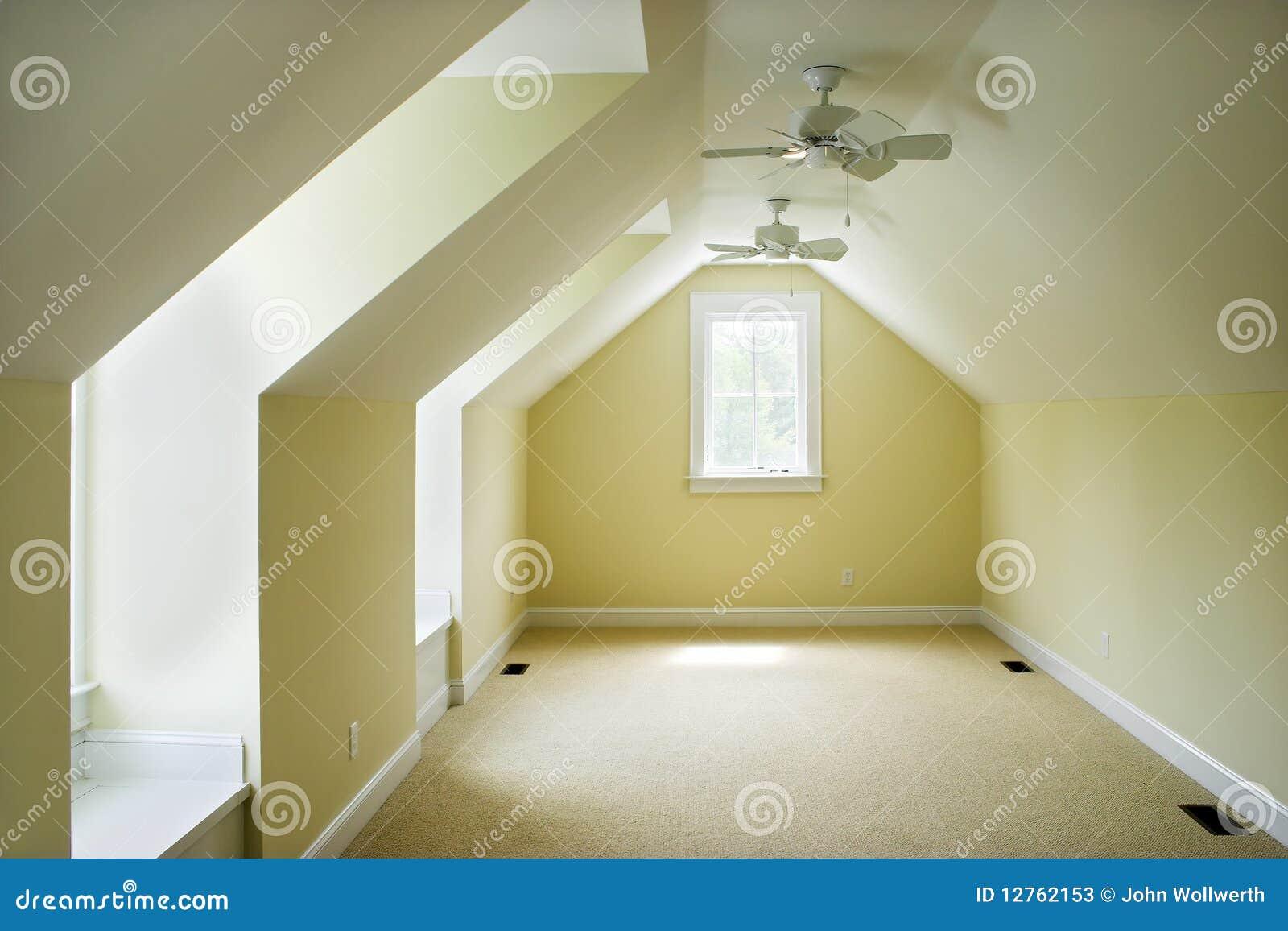 Chambre coucher vide de grenier photos stock image for Chambre vide