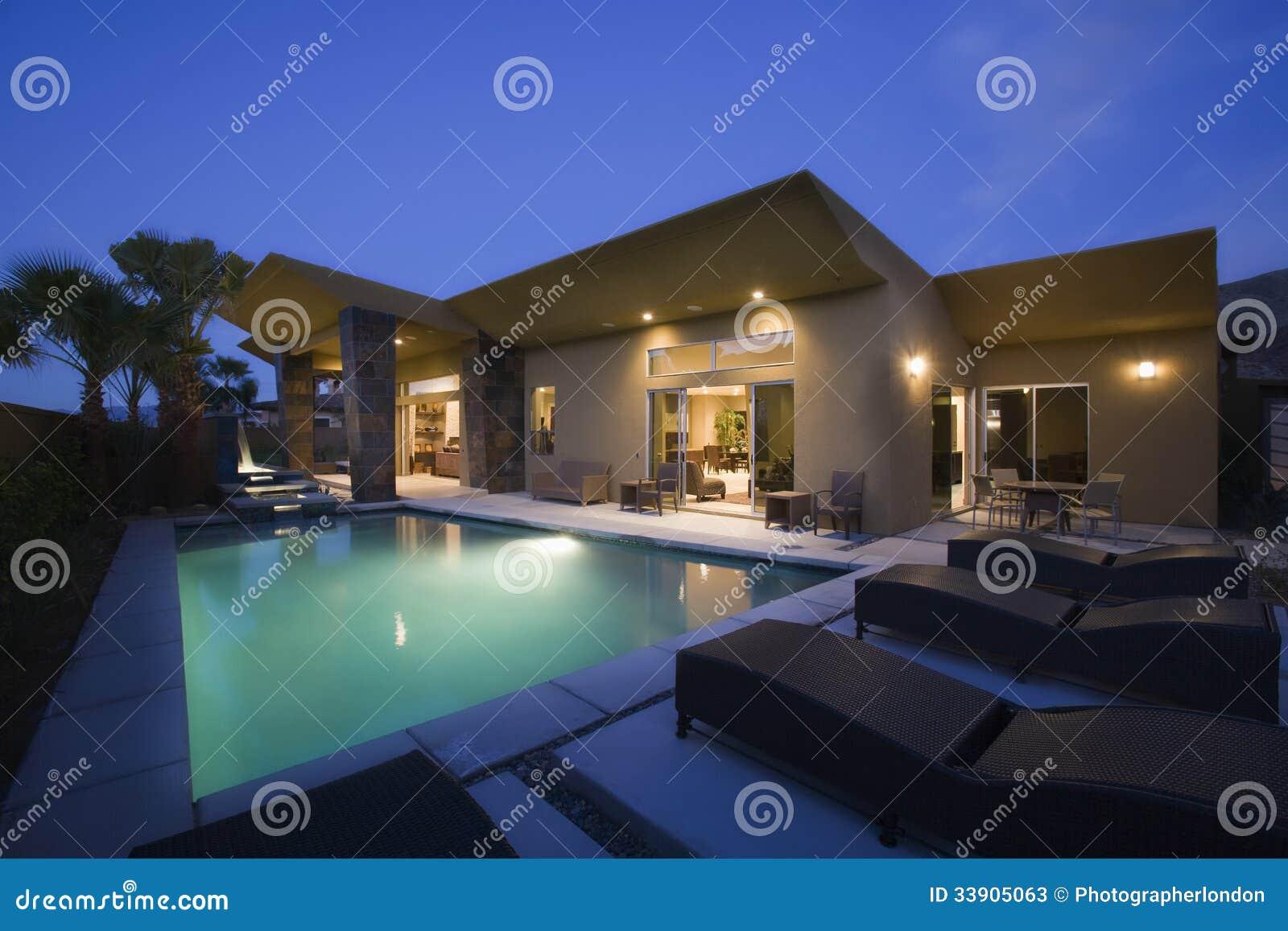 Chambre avec la piscine la nuit photos stock image 33905063 for Chambre piscine
