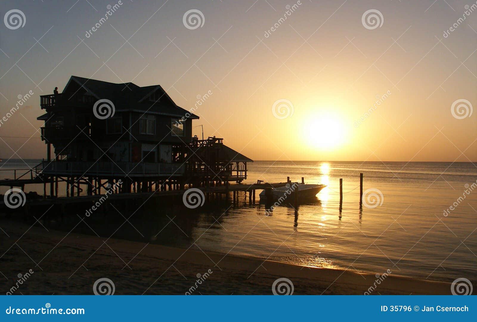 Chambre avec le coucher du soleil sur le bord de la mer