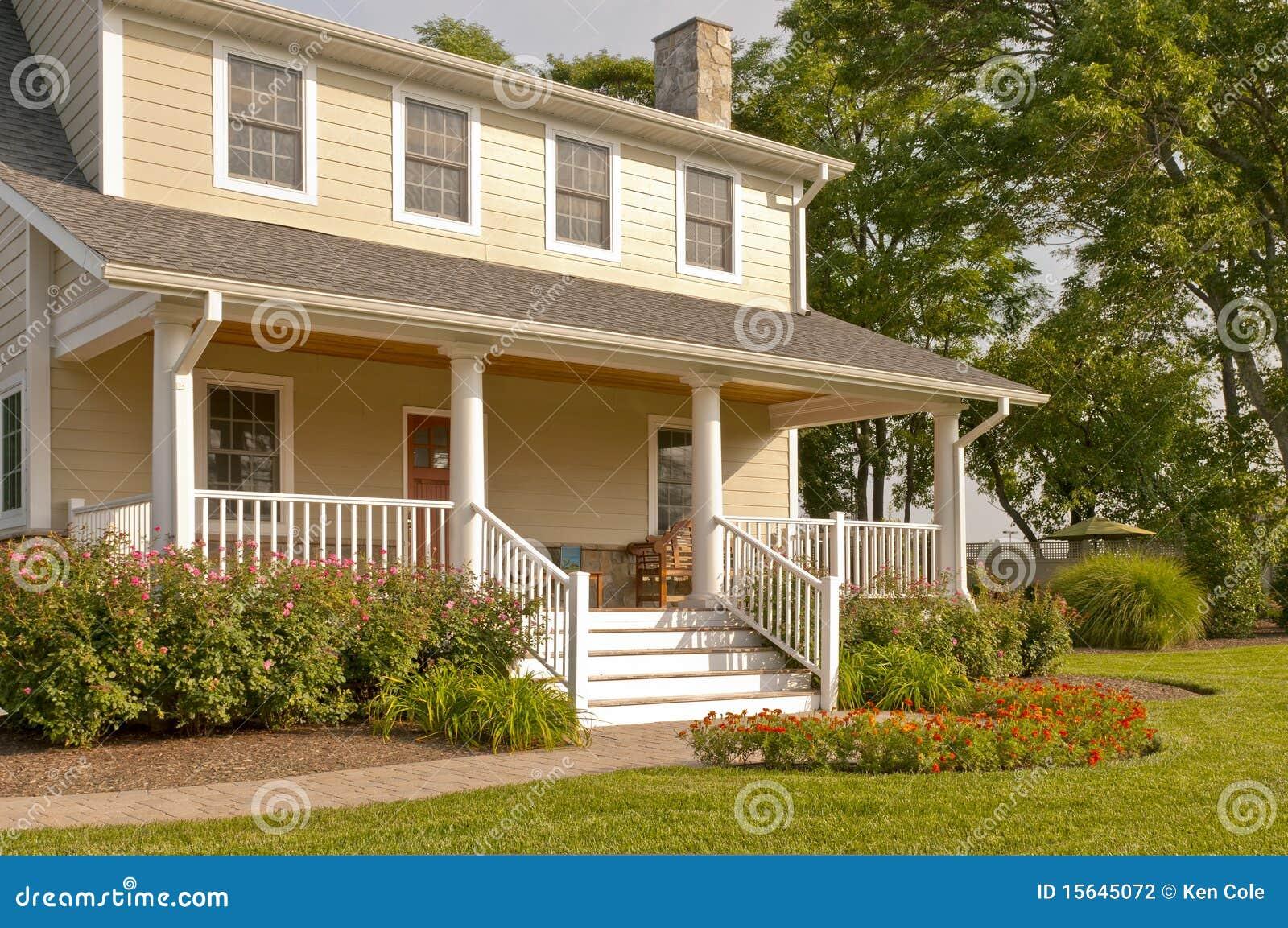 Chambre avec le porche blanc photographie stock image for Maison avec porche
