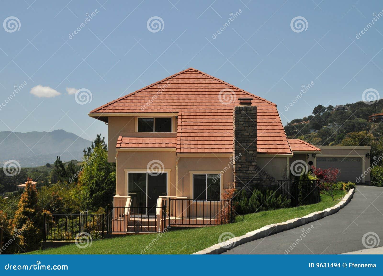 Chambre avec le toit rouge, pelouse verte images stock   image ...