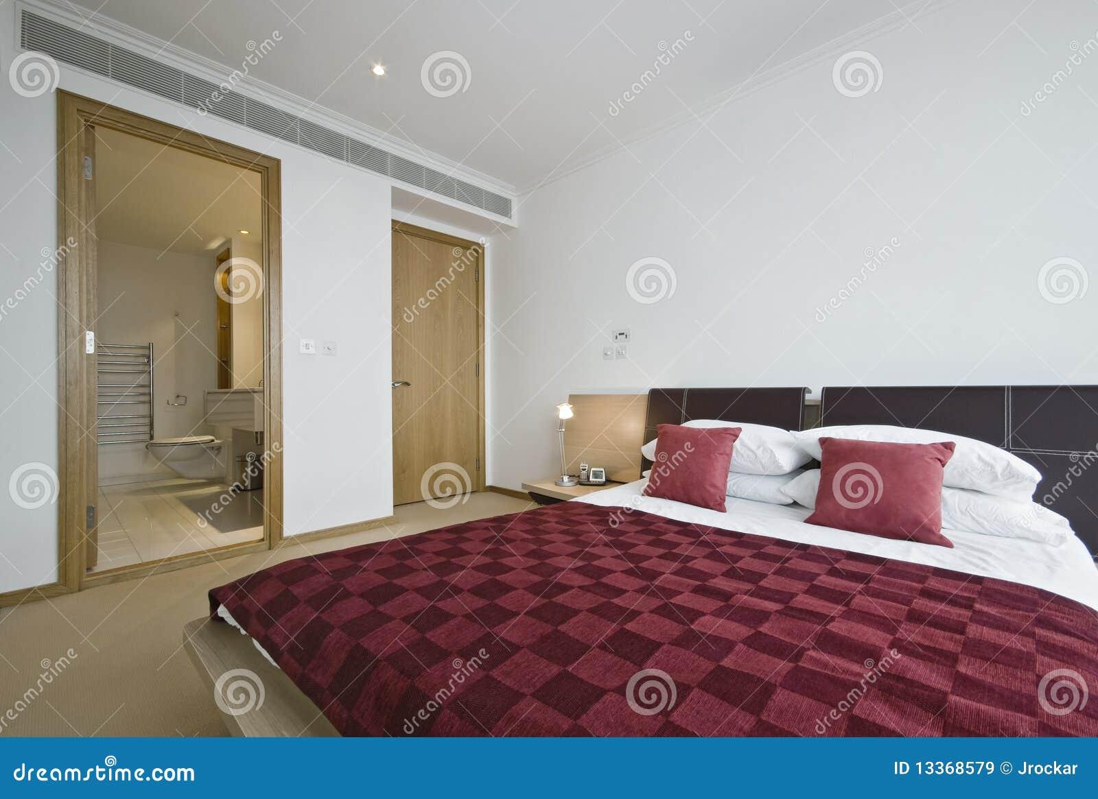 Chambre à Coucher Avec La Porte Ouverte à La Salle De Bains D'en ...