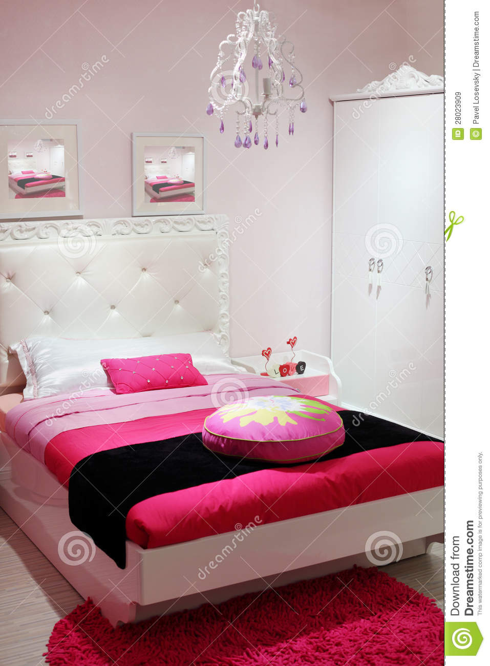 chambre coucher avec la garde robe blanche et le tapis rose images libres de droits image. Black Bedroom Furniture Sets. Home Design Ideas