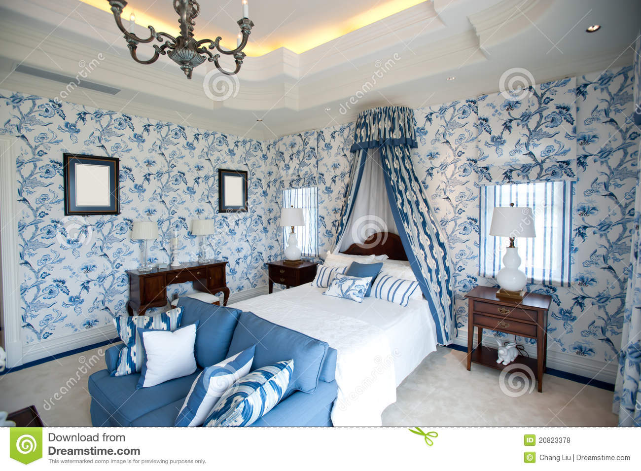 chambre coucher avec le papier peint bleu de fleur. Black Bedroom Furniture Sets. Home Design Ideas