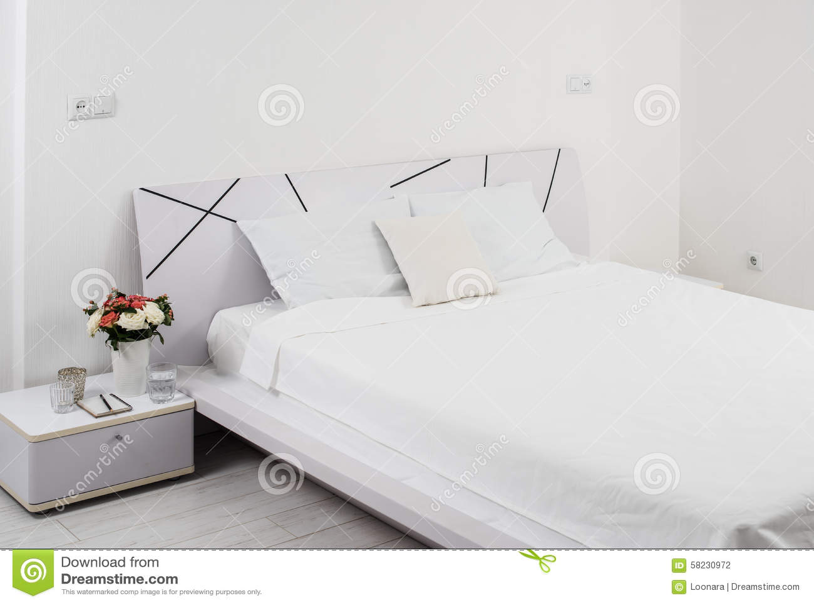Chambre à coucher blanche photo stock   image: 58230972