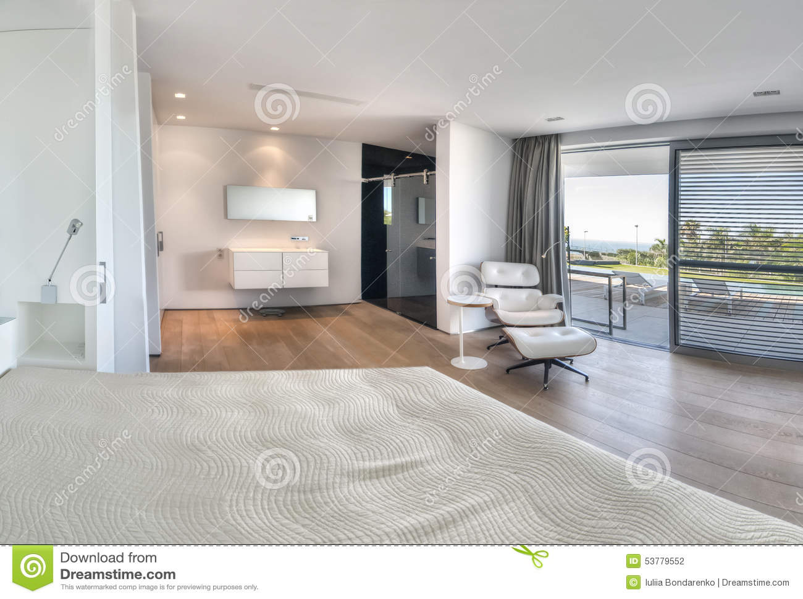 chambre coucher blanche moderne avec la salle de bains photo stock image 53779552. Black Bedroom Furniture Sets. Home Design Ideas