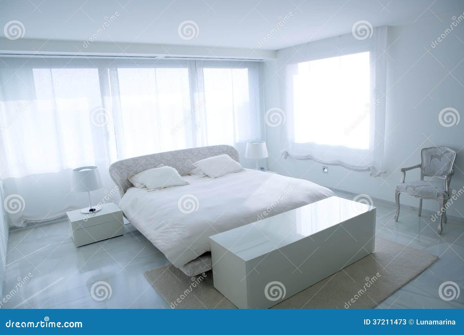 Chambre à coucher blanche moderne de maison avec le plancher de ...