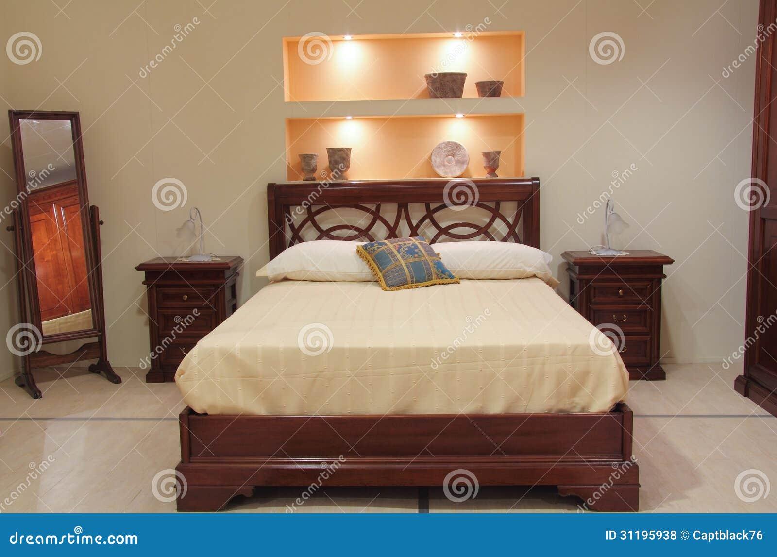 Chambre à coucher classique avec les meubles en bois élégants ...