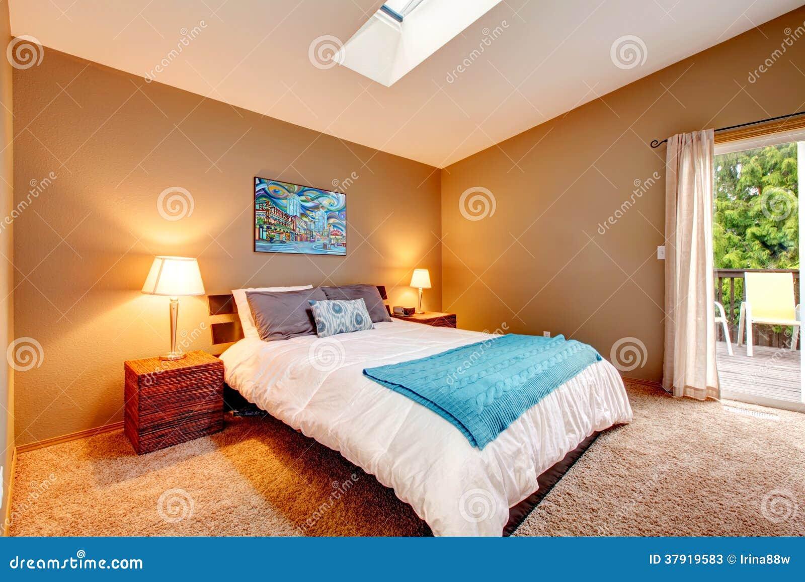 Chambre à coucher confortable avec la plate forme de débrayage et ...