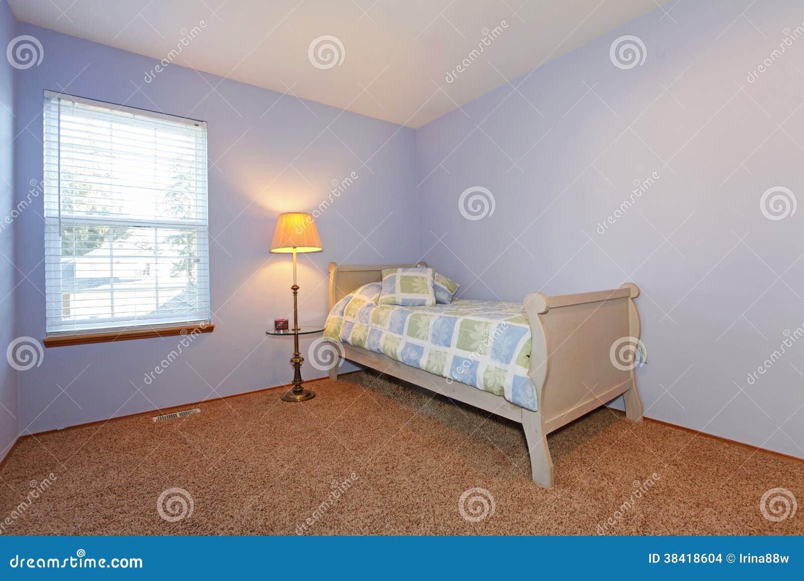 Chambre à coucher confortable de lavande pour un jeune adulte ...