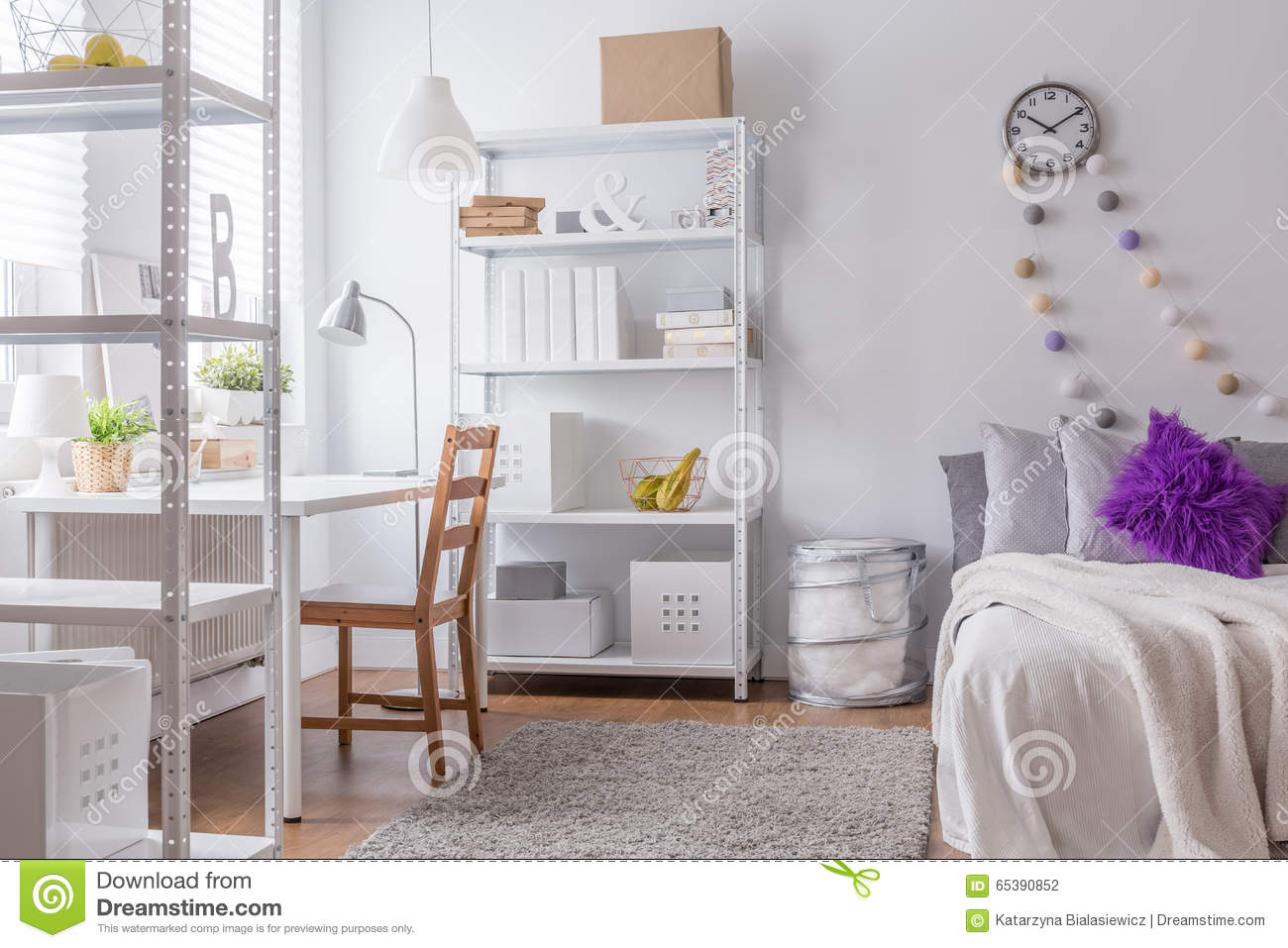 chambre coucher confortable pour la jeune femme photo stock image 65390852. Black Bedroom Furniture Sets. Home Design Ideas