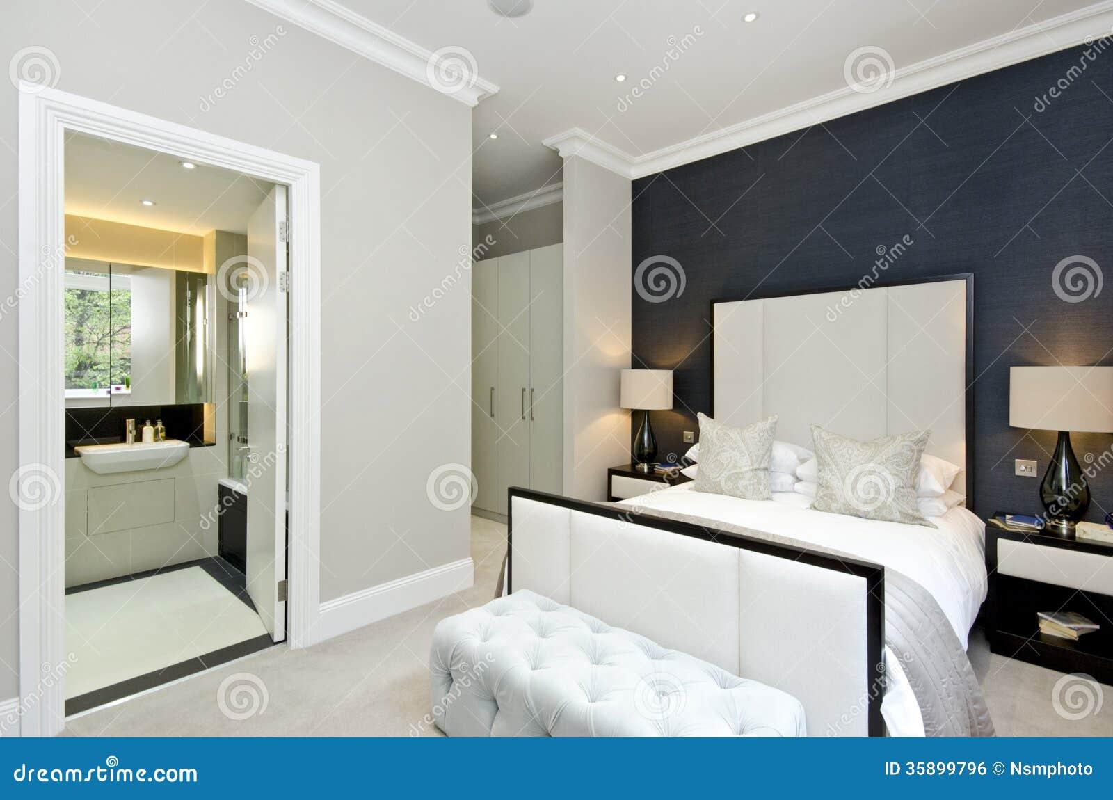 Intérieur blanc et beige de chambre à coucher avec le bâti bleu ...