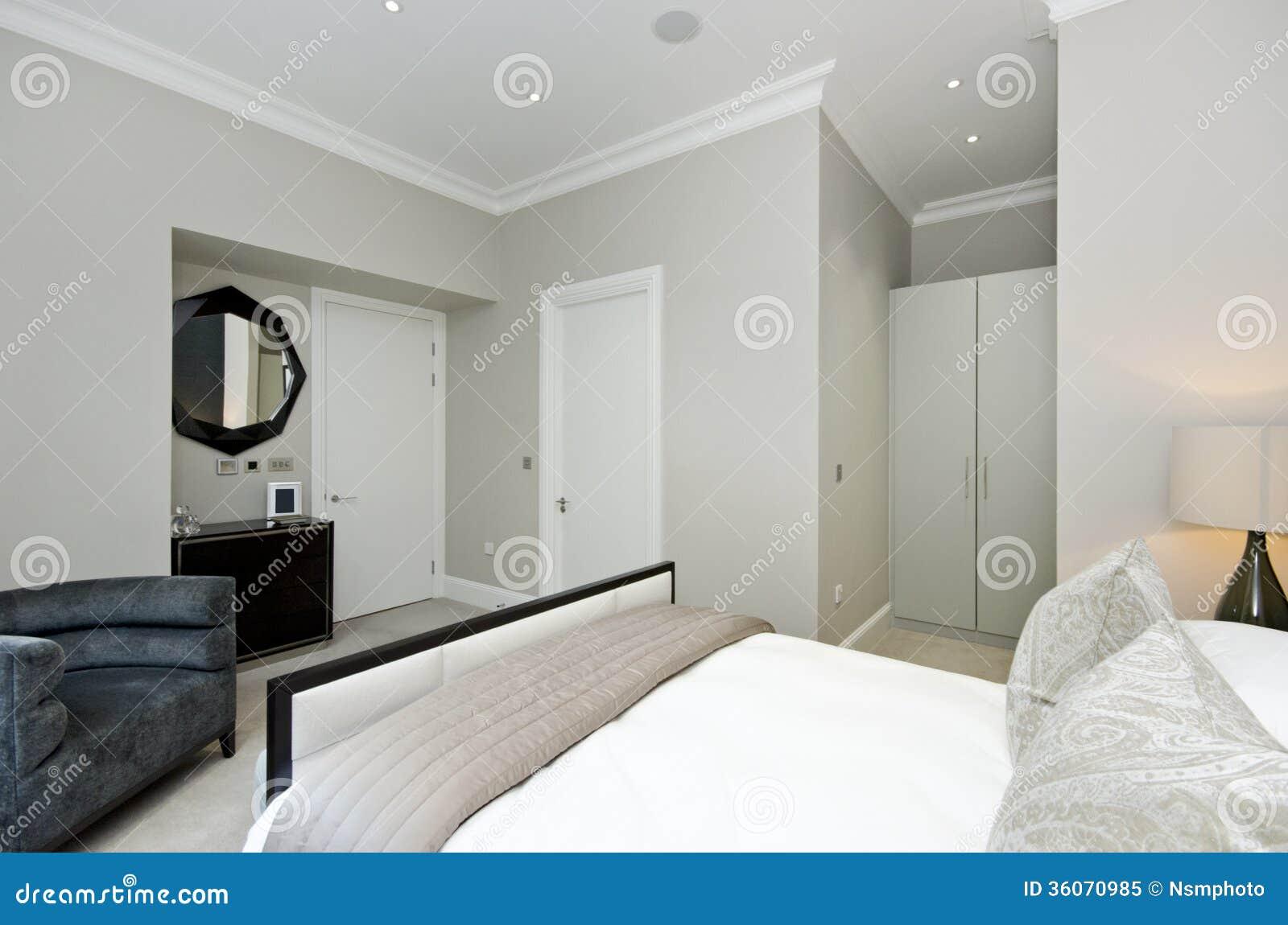 Chambre à coucher contemporaine avec le lit grand avec les meubles ...