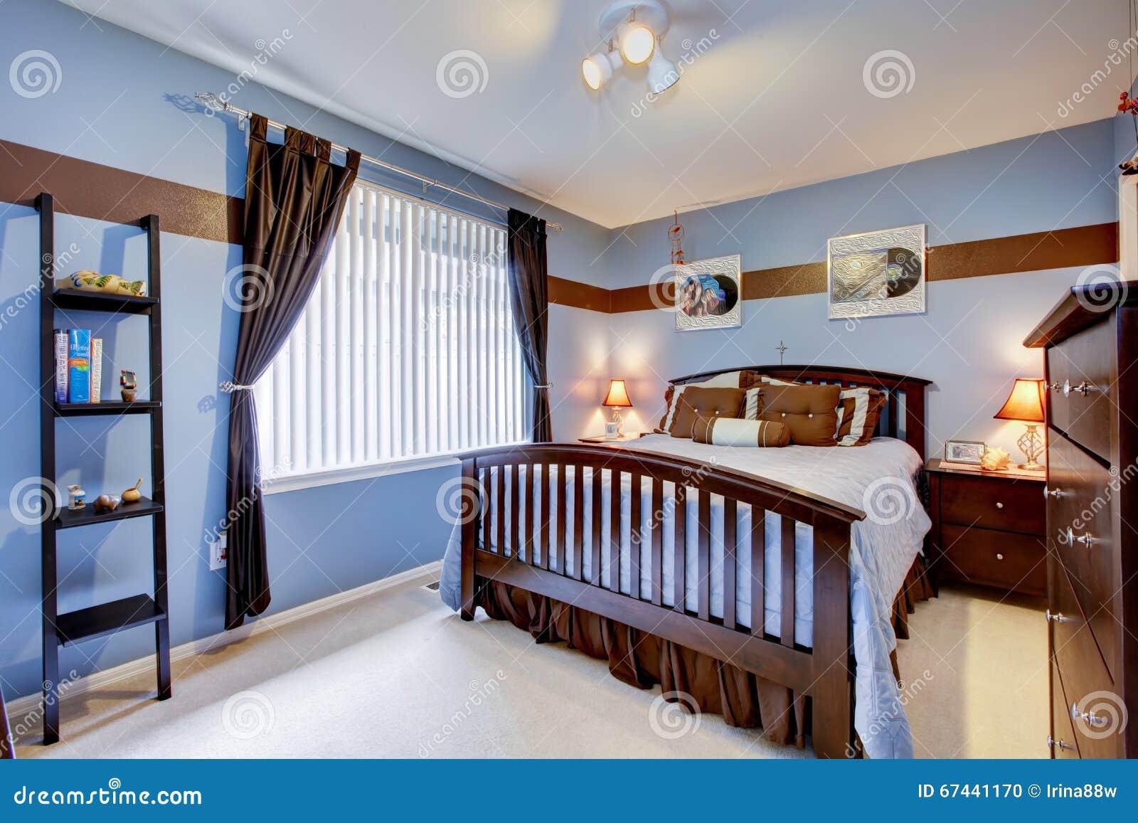 Chambre à coucher d'invité avec du bois intérieur et brun bleu de ...