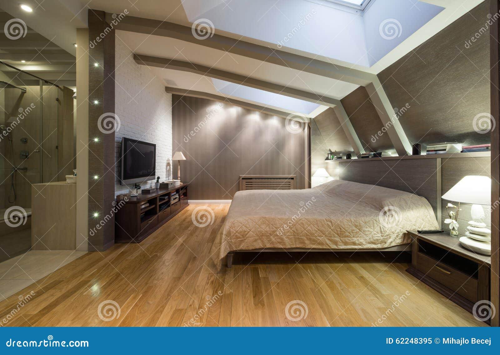 chambre coucher de grenier avec la salle de bains priv e photo stock image 62248395. Black Bedroom Furniture Sets. Home Design Ideas