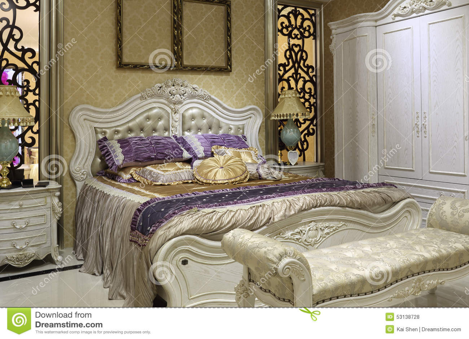 Chambre à coucher de style de palais, garde robe blanche photo ...