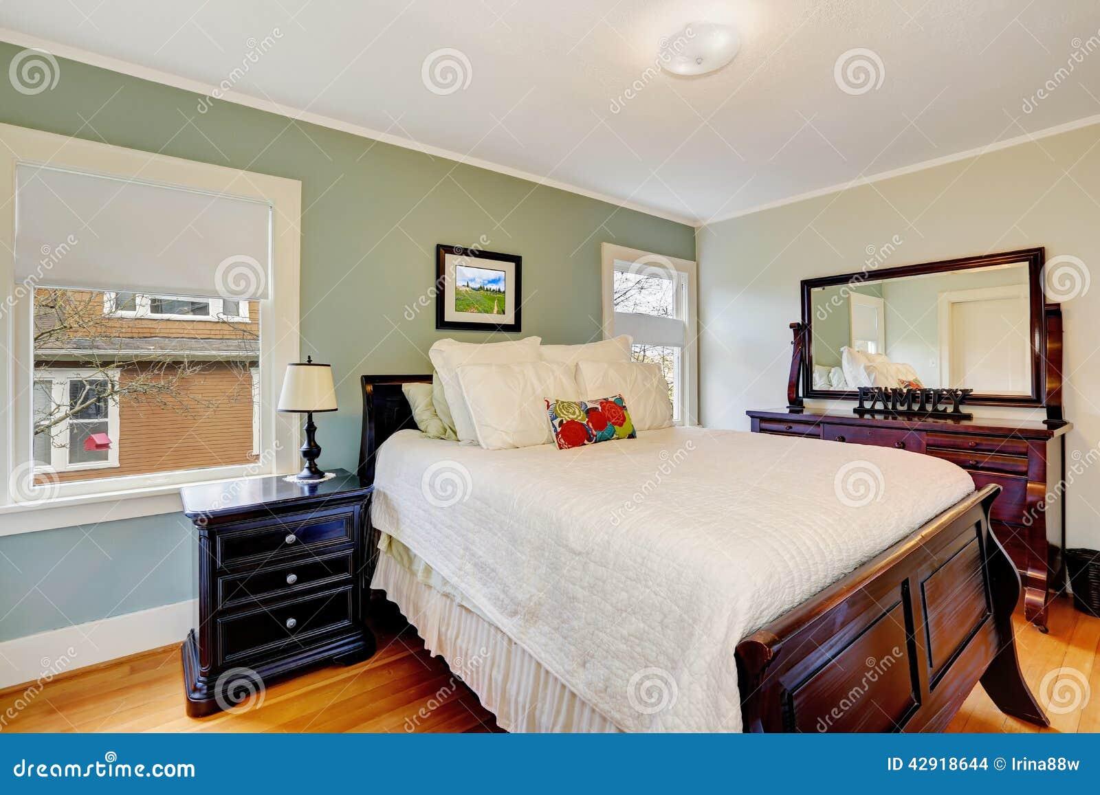 Chambre à coucher de ton d'aqua avec les meubles en bois photo ...