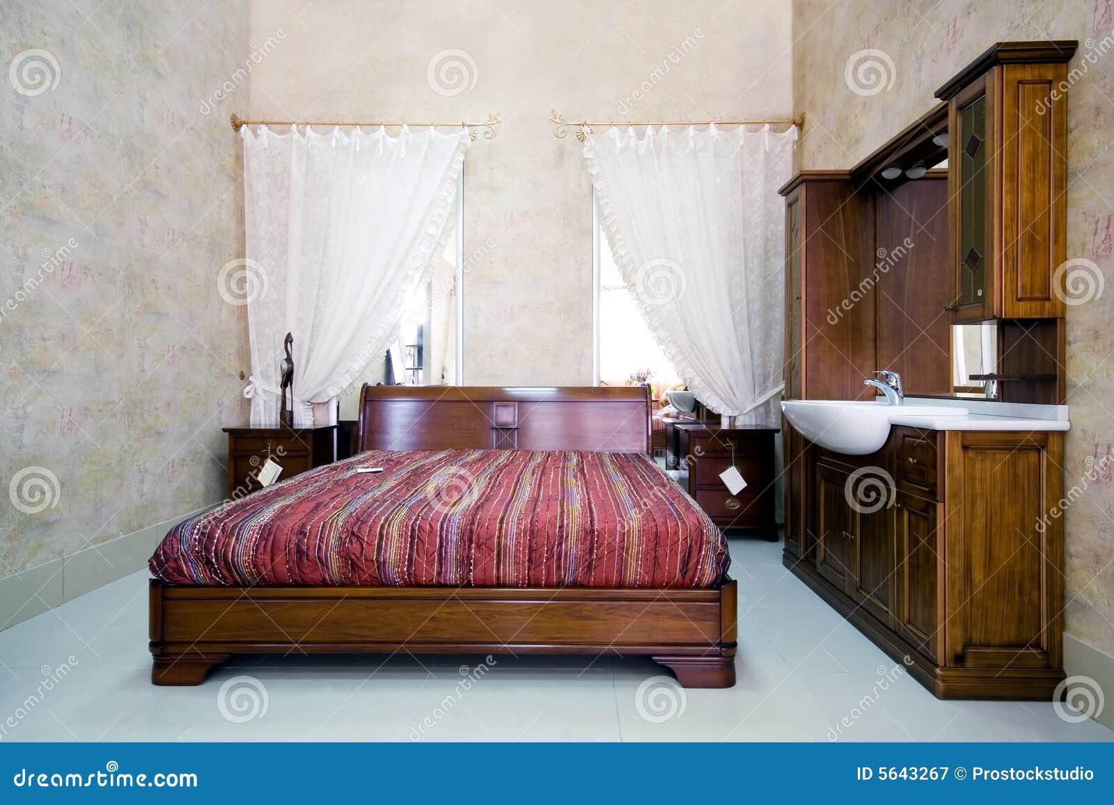 chambre coucher en bois classique dans la salle d exposition - Salle A Coucher