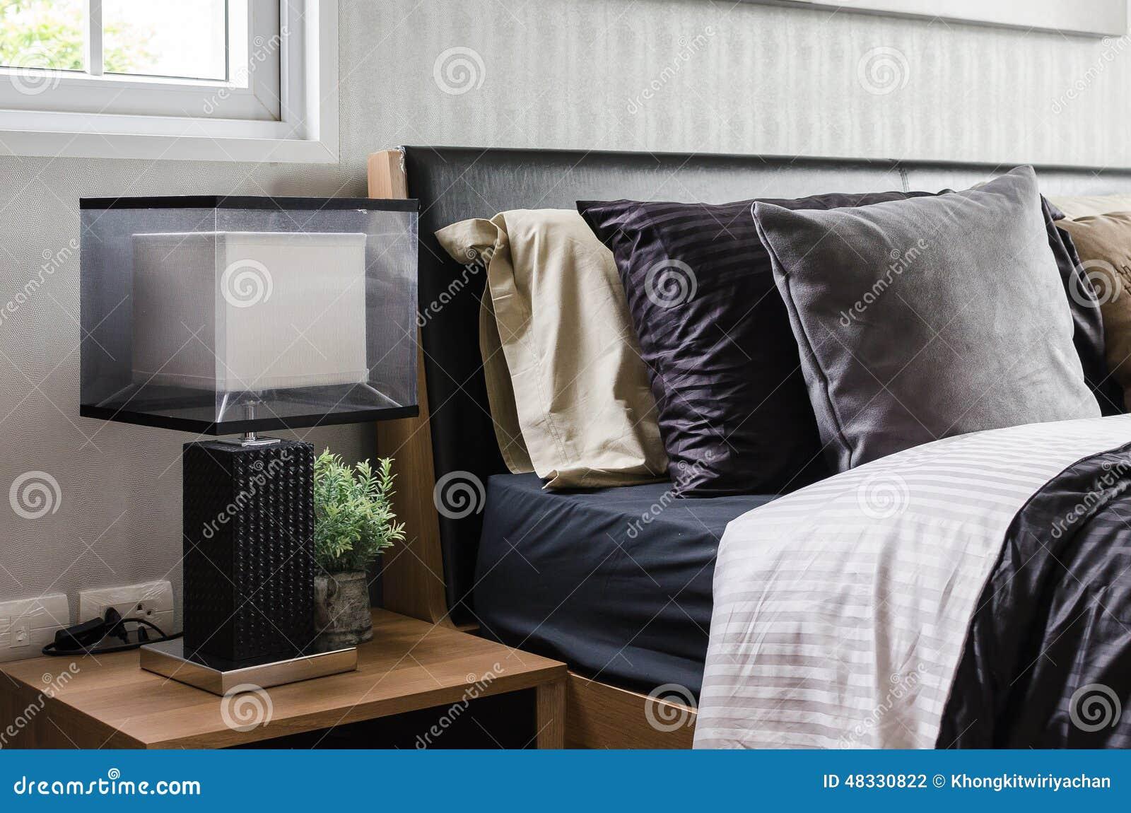 Chambre à Coucher Grise Moderne Avec Le Nightstand En Bois Photo ...