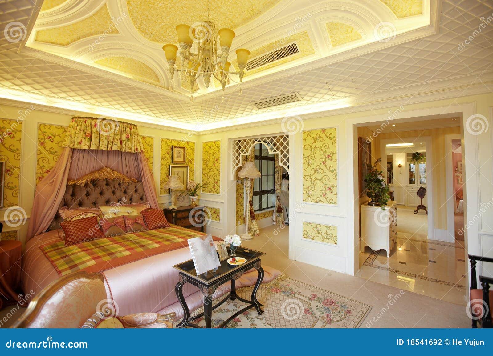 Chambre à coucher à la maison de luxe moderne photographie stock ...